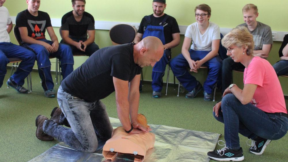 Die Herz-Druck-Massage gehört zum Erste Hilfe-Kurs, der in Menteroda in der THOR-Akademie stattgefunden hat.