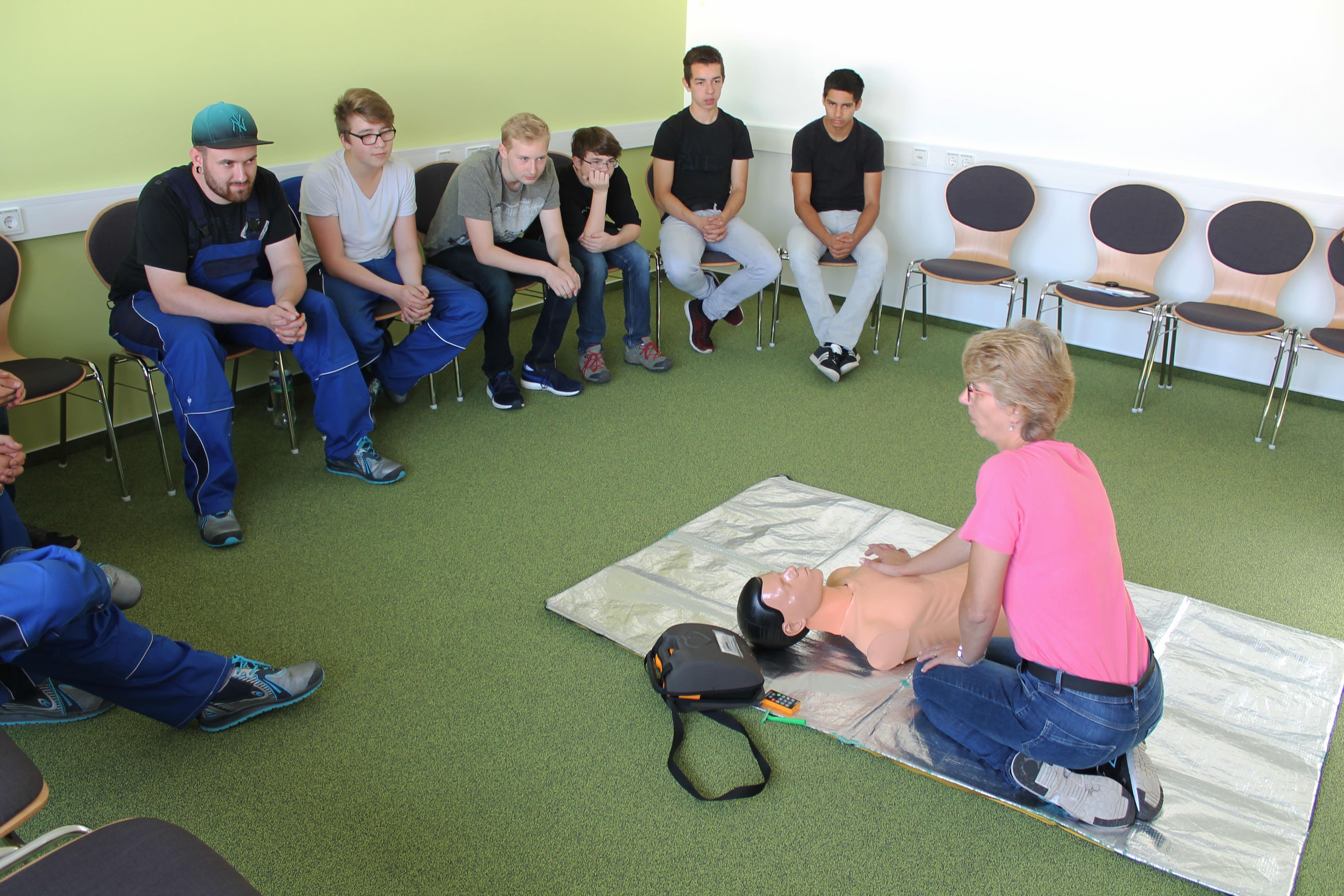 Lehrlinge aus Nord-Thüringen von Firma THOR nehmen am Erste Hilfe-Kurs teil.