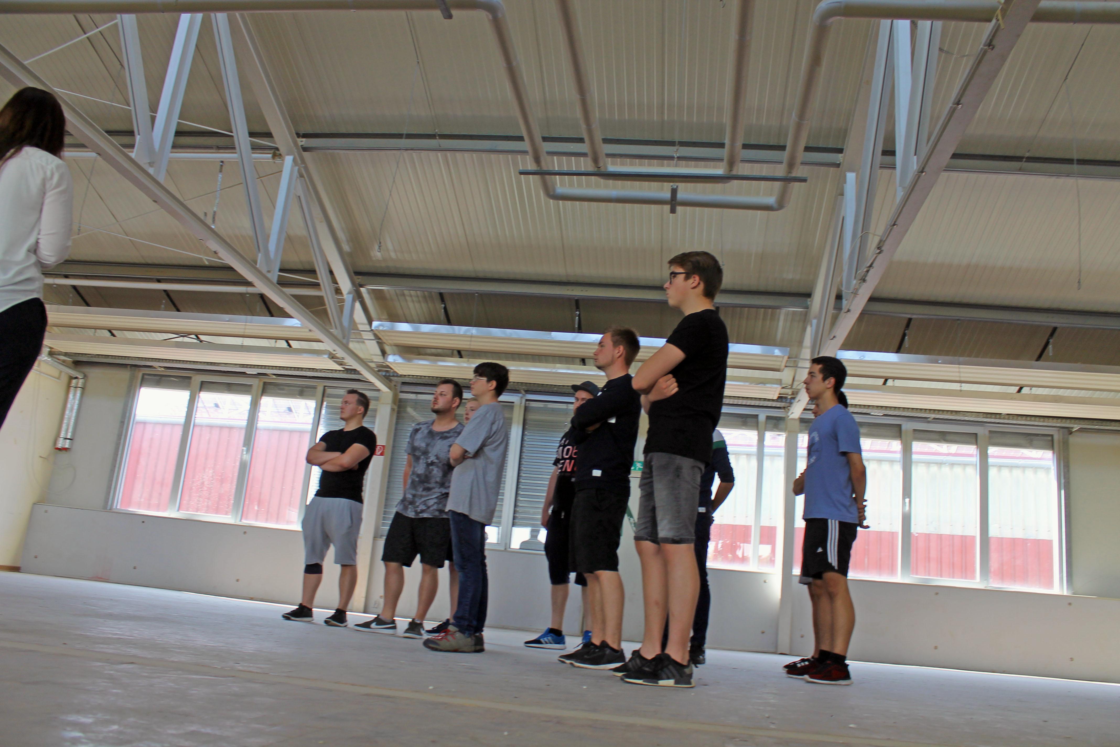 Beim Rundgang durch die THOR-Akademie in Menteroda (Nord-Thüringen) hörten die THOR-Azubis genau hin.