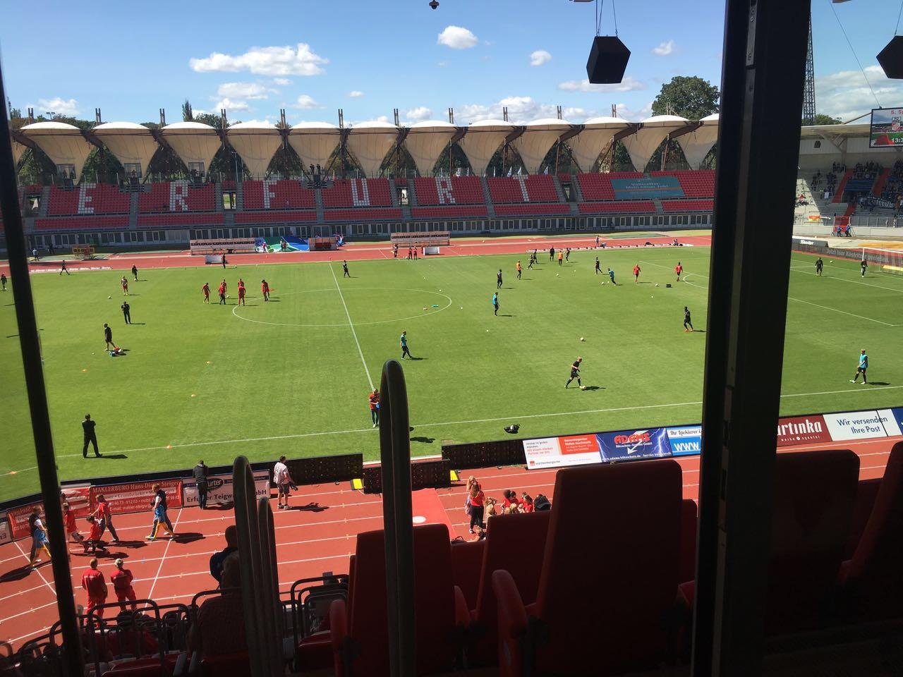 Von der THOR-Loge im Erfurter Steigerwaldstadion aus verfolgten die Azubis des 1. und 2. Lehrjahres das Spiel FC ROt Weiß Erfurt gegen den SC Paderborn.