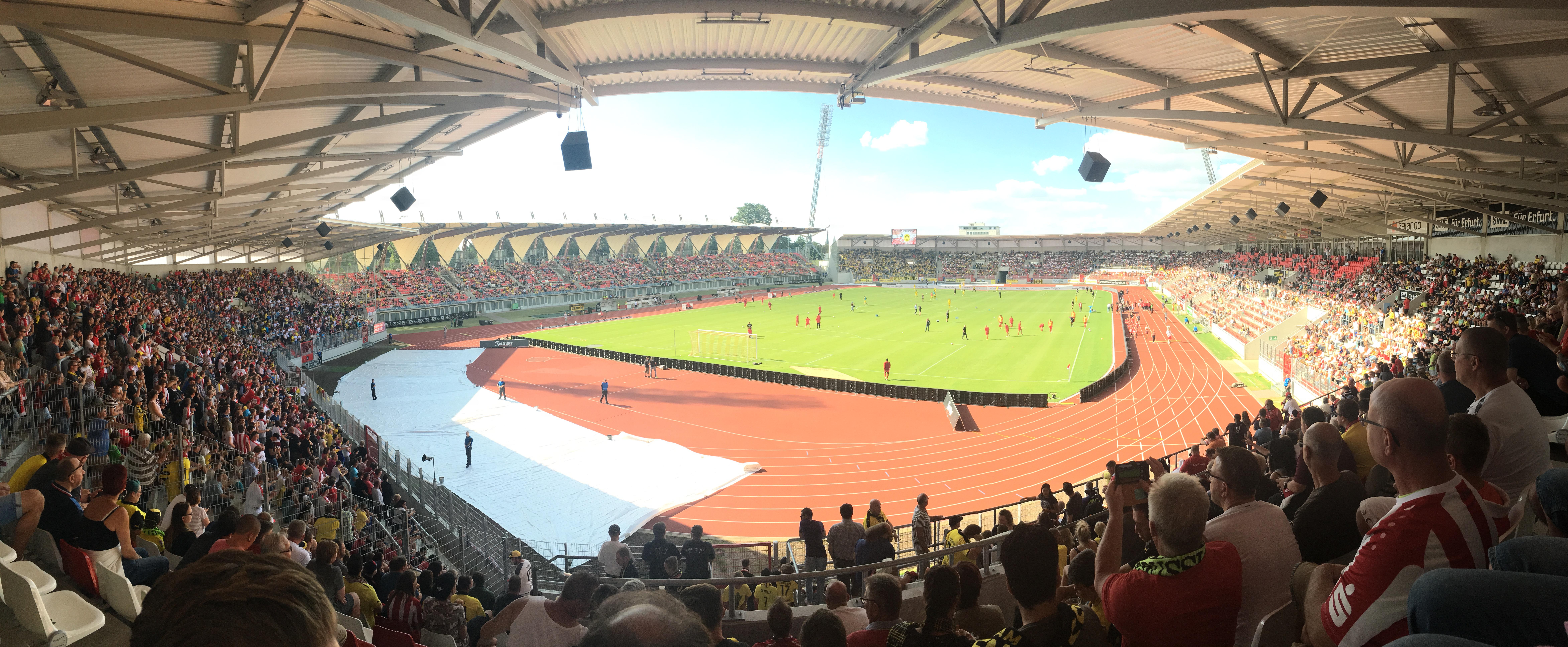 Mitarbeiter von THOR Industriemontagen verfolgen gespannt das Freundschaftsspiel des FC Rot-Weiß Erfurt gegen den BVB.