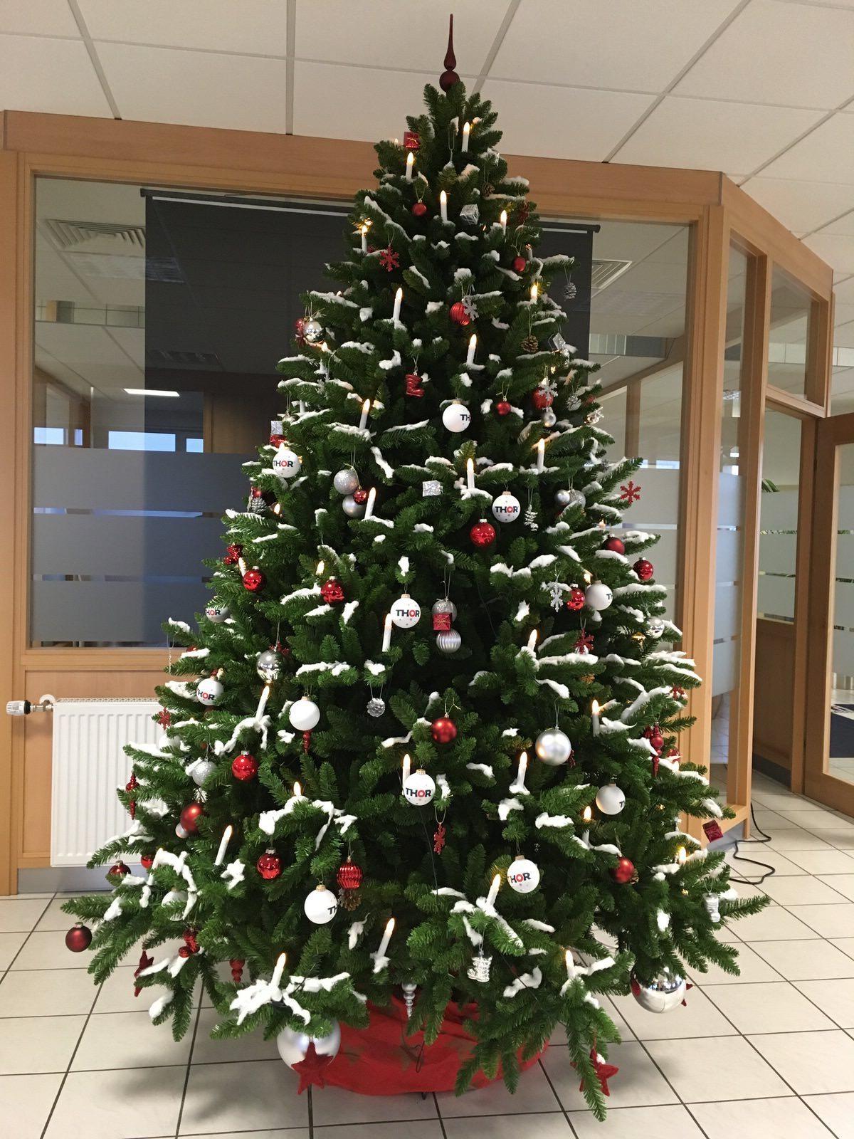 Der Eingangsbereich von THOR Industriemontagen, Niederlassung Leinefelde, wurde mit einem großen Weihnachtsbaum geschmückt.