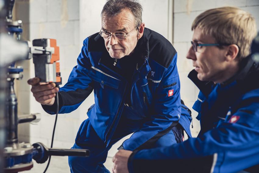 Monteur und Bauleiter überprüfen Stellmotor Kundendienst